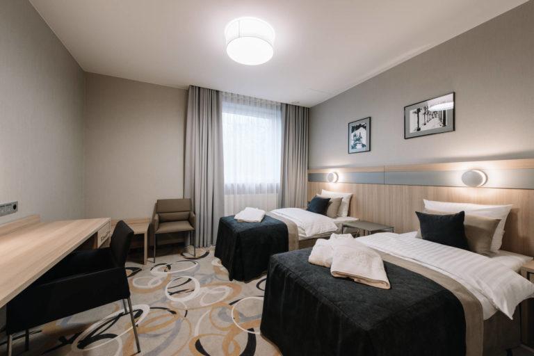 pokój z dwoma łóżkami jednoosobowymi